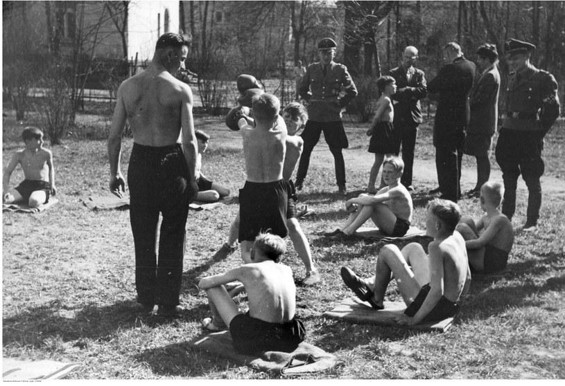 Obóz Hitlerjugend na terenie zlikwidowanego szpitala w Kobierzynie /Z archiwum Narodowego Archiwum Cyfrowego