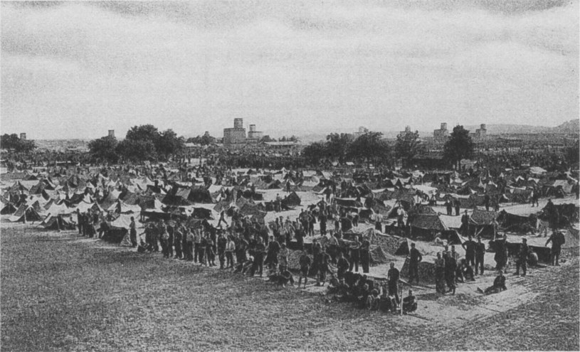 Obóz jeniecki w Heilbronn, w lecie 1945 roku /Getty Images/Flash Press Media