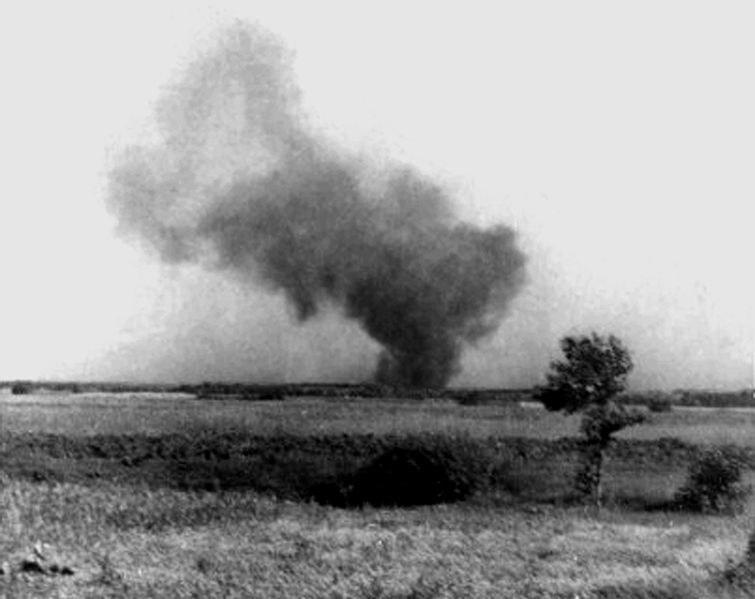 Obóz podpalony przez zbuntowanych więźniów; zdjęcie wykonane potajemnie przez Franciszka Ząbeckiego /Domena publiczna /Wikimedia