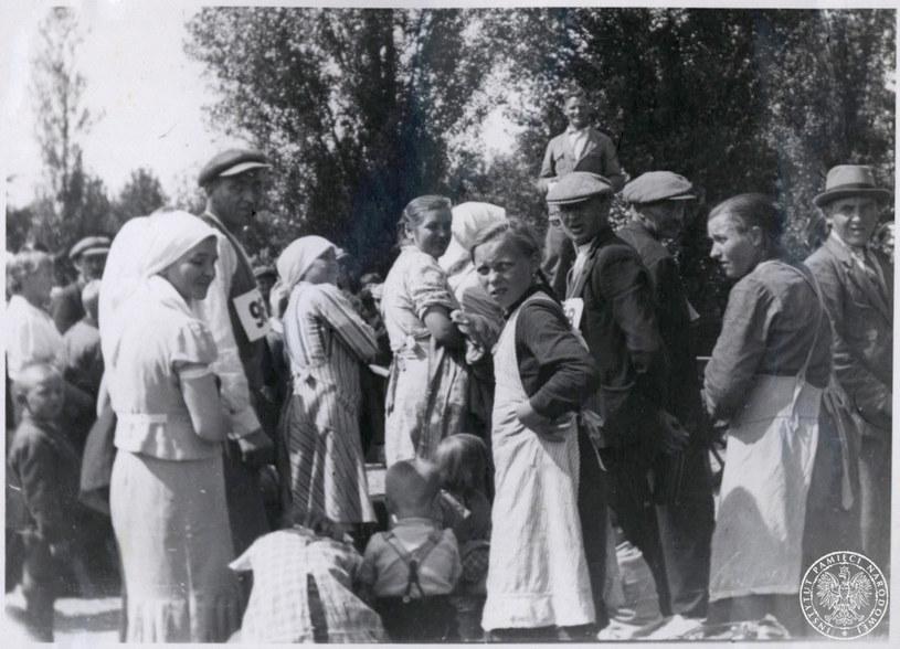 Obóz przejściowy w Zamościu. Dzieci, kobiety i mężczyźni, wysiedleni ze swoich domów, w ramach niemieckiej Aktion Zamosc /IPN
