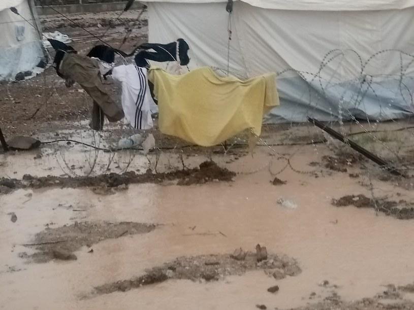Obóz w Kara Tepe tonie w błocie /@_sophiamaier /Twitter