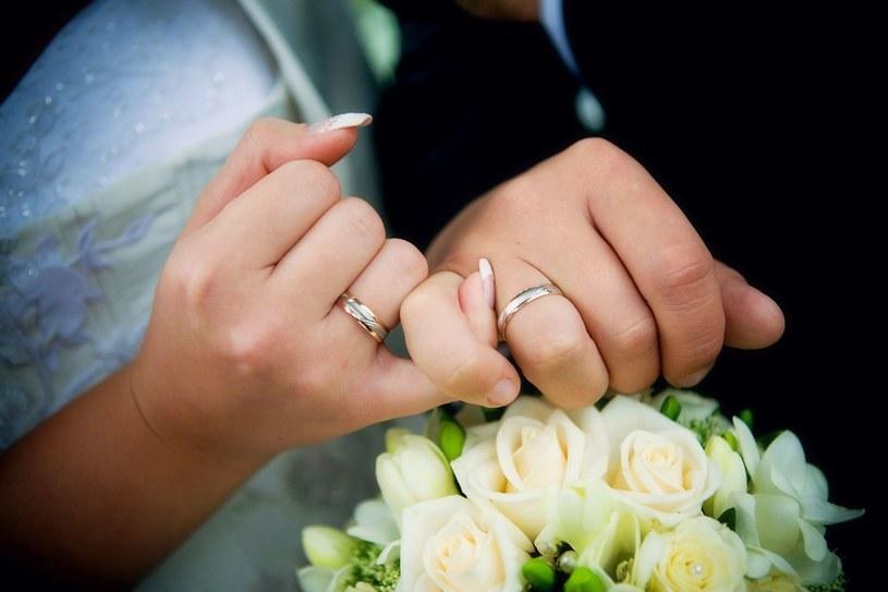 Obrączki przekaż świadkowi dzień przed ślubem /123RF/PICSEL