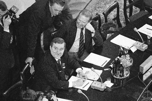 Obrady Okrągłego Stołu, na zdjęciu: Lech Wałęsa i Bronisław Geremek, fot. Krzysztof Pawela /AFP
