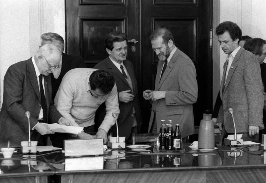 Obrady Okrągłego Stołu. Przy stole: Adam Strzembosz (L), Ryszard Bender (3L), Bronisław Geremek (2P) i Bogdan Lis (P). /Zbigniew Matuszewski /PAP