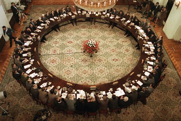 Obrady okrągłego stołu. Zdjęcie z 1989 roku /AFP