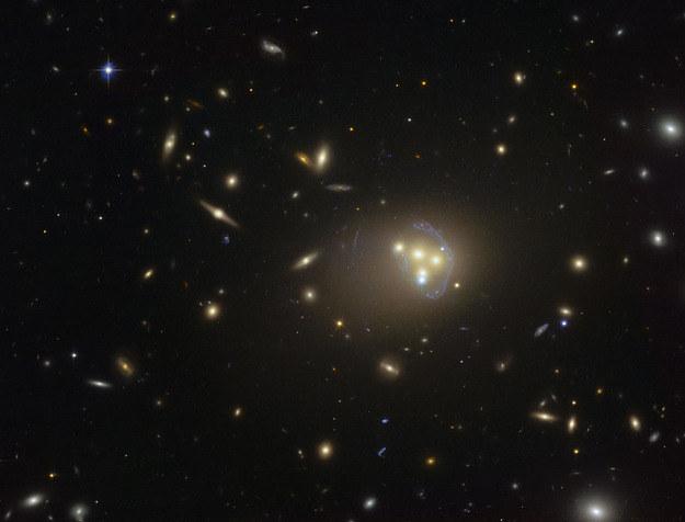 """Obraz gromady Abell 3827 w """"obiektywie"""" teleskopu Hubble'a. Źródło: ESO. /RMF24"""