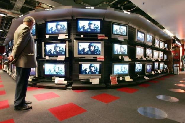 Obraz na ekranach telewizorów w sklepie różni się od tego, jaki zobaczymy w domu /AFP