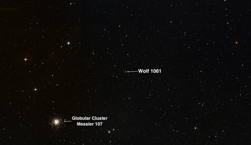 Obraz nieba w gwiazdozbiorze Wężownika w rejonie gwiazdy Wolf 1061 i gromady gwiazd Messier 104 /materiały prasowe