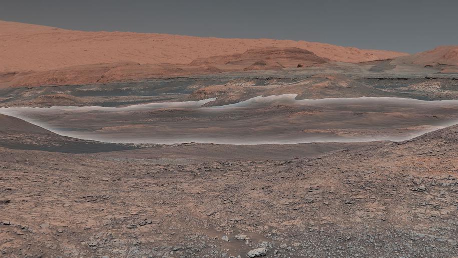 Obraz rejonu Mount Sharp na marsie, zestawiony z mozaiki zdjęć wykonanych przez łazik Curiosity. Na biało oznaczono rejon, gdzie mogą być skały powstałe z udziałem wody /NASA/JPL-Caltech/MSSS /Materiały prasowe