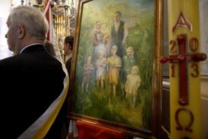 Obraz rodziny Ulmów prezentowany podczas mszy w 70. rocznicę hitlerowskiej zbrodni na rodzinie Ulmów //PAP