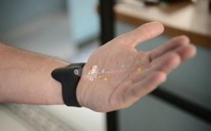 Obraz wyświetlany na dłoni - nowy pomysł na gadżety naręczne