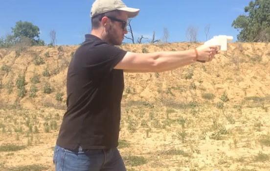Obraz z filmu zamieszczonego w serwisie YouTube: Wystrzelenie pocisku z Liberatora. Teksas, USA /INTERIA.PL