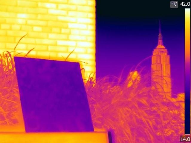 Obraz z kamery termowizyjnej pokazujący, że pokryta polimerem PDRC powierzchnia ma w słońcu znacznie niższą temperaturę, nież sąsiednia ściana. /Jyotirmoy Mandal/Columbia Engineering /Materiały prasowe