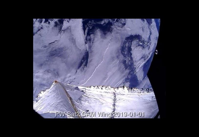 Obraz z pokładu PW-Sata 2 prezentujący żagiel deorbitacyjny z uszkodzeniami /materiały prasowe