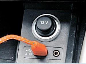 Obraz ze smartfona na ekran w samochodzie przekazywany jest przez kabel USB. (kliknij, żeby powiększyć) /Motor
