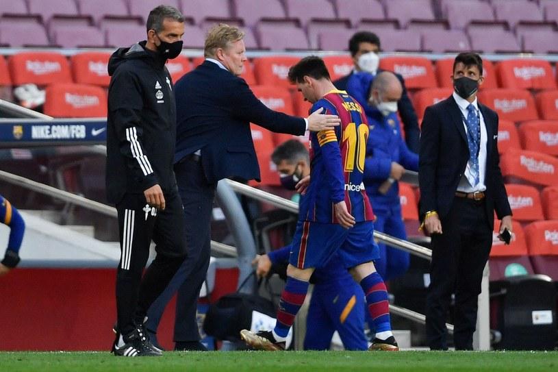 Obrazek, za którym tęsknią kibice Barcelony: Ronald Koeman pociesza Lionela Messiego /AFP