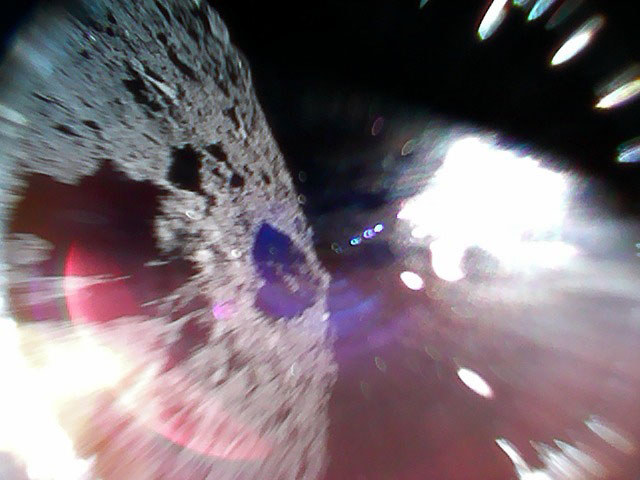 Obrazy z pokładu jednego z lądowników MINERVA na powierzchni Ryugu /materiały prasowe