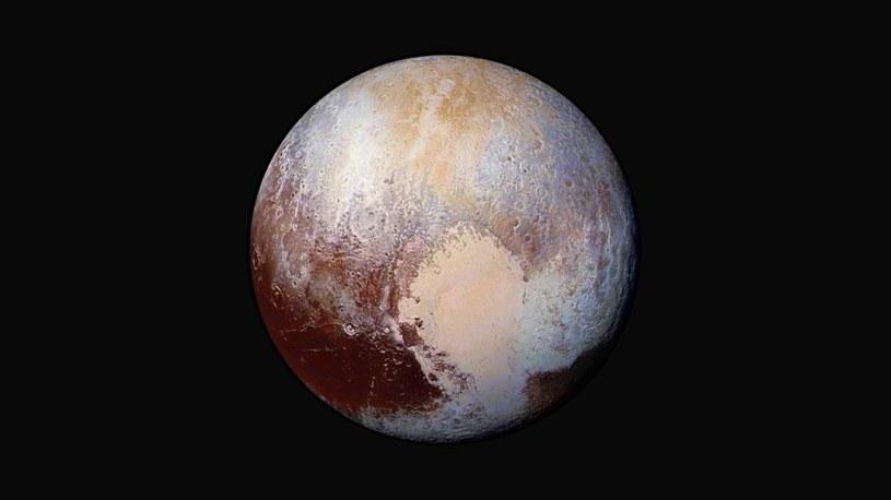 Obrobione zdjęcie Plutona we wzmocnionych kolorach, ukazujące mnogość odmiennych obszarów o różnym wieku /NASA