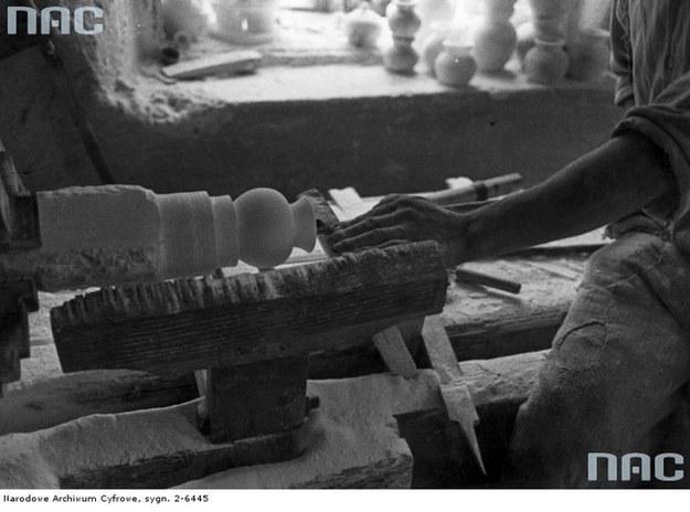 Obróbka alabastru /Z archiwum Narodowego Archiwum Cyfrowego