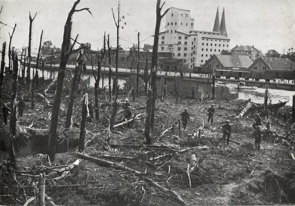 Westerplatte, całkowicie zniszczony las działami pancernika Schleswig-Holstein. Niemieckie natarcie