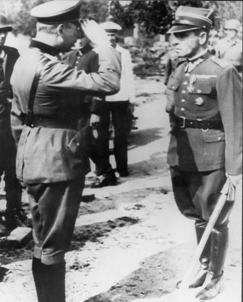 Major Henryk Sucharski podczas kapitulacji składnicy tranzytowej na Westerplatte