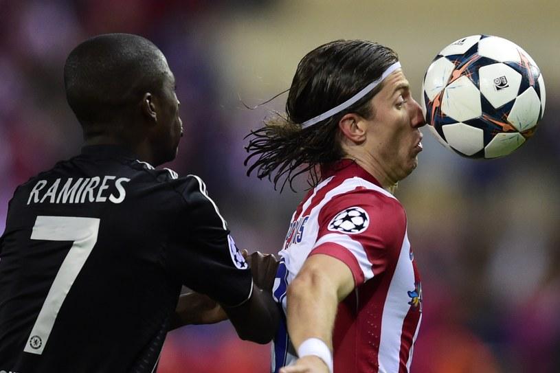 Obrońca Atletico Madryt Filipe Luis (z prawej) i pomocnik Chelsea Ramires /AFP