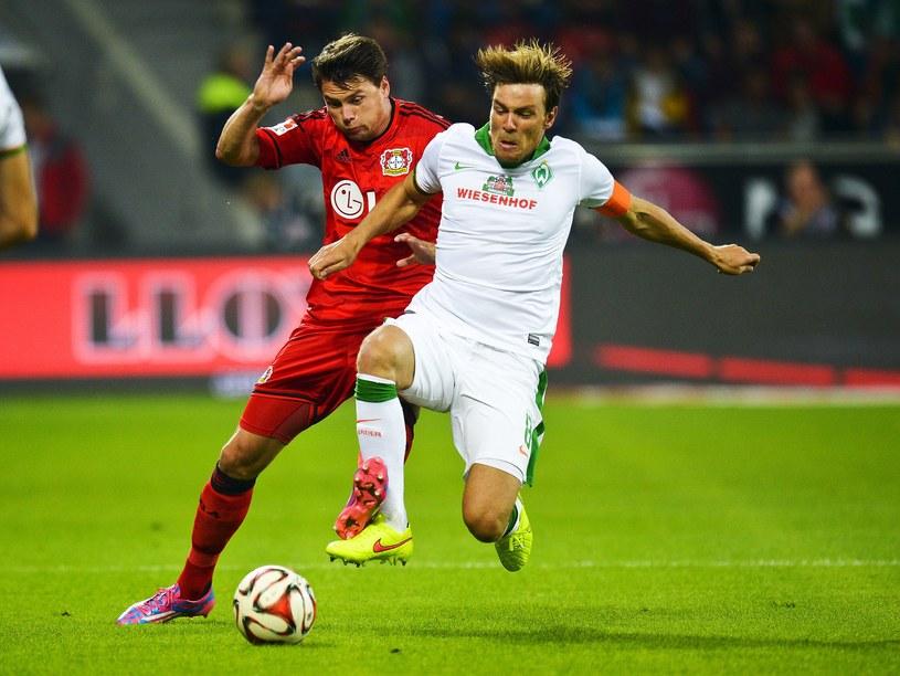 Obrońca Bayeru Sebastian Boenisch (z lewej) w walce z Clemensem Fritzem z Werderu /AFP