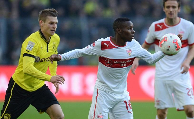 Obrońca Borussii Łukasz Piszczek (z lewej) i Ibrahima Traore z VfB /AFP