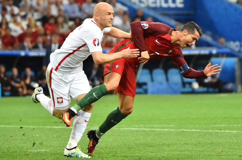 Obrońca Legii Michał Pazdan (z lewej) i Cristiano Ronaldo podczas Euro 2016 /AFP