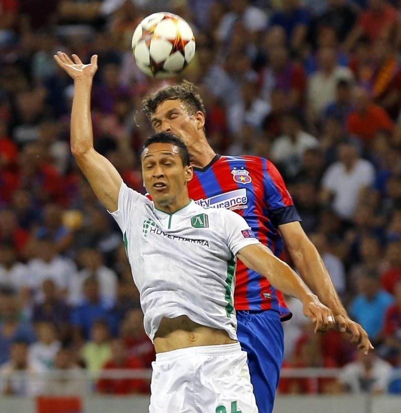 Obrońca Steauy Łukasz Szukała (z tyłu) w starciu o piłkę z Marcelinho (Łudogorec) /PAP/EPA
