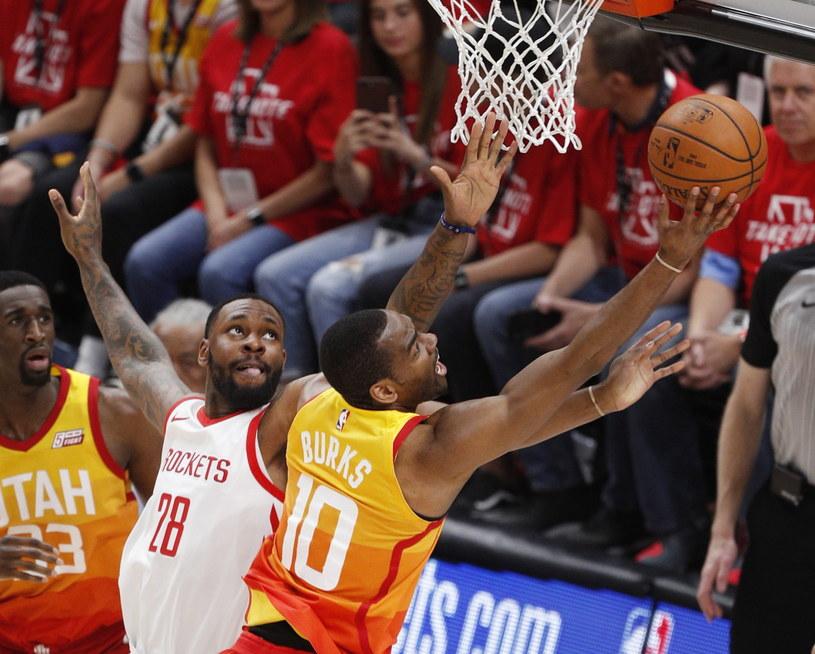 Obrońca Utah Jazz Alec Burks (P) rzuca hakiem obok Tarika Blacka (L) z Houston Rockets. /PAP/EPA