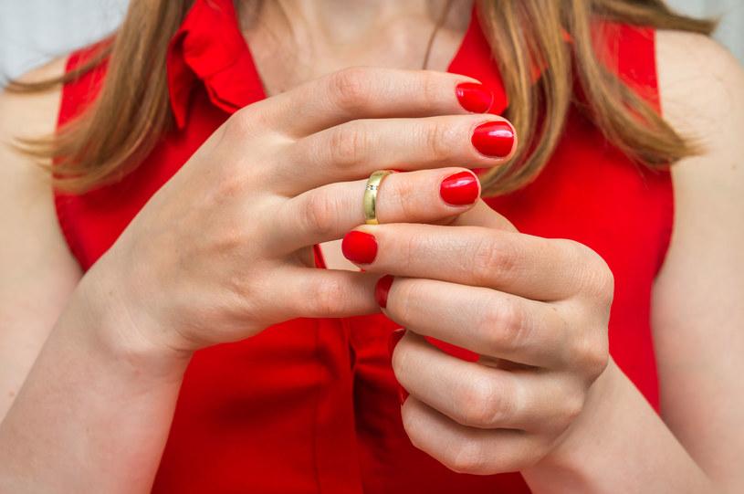 Obrzęki, również palców, mogą świadczyć o zespole SIBO /123RF/PICSEL