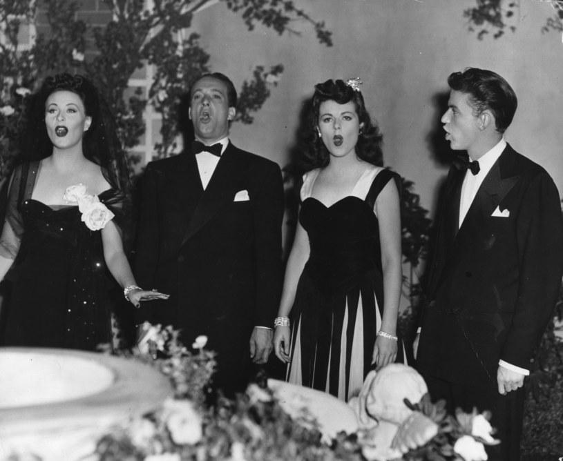 "Obsada filmu ""Higher and Higher"": Michele Morgan, Victor Borge, Barbara Hale, Frank Sinatra. /Hulton Archive / Stringer /Getty Images"