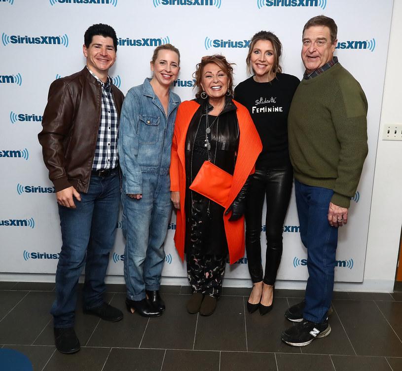 "Obsada serialu ""Roseanne"": Michael Fishman, Lecy Goranson, Roseanne Barr, Sarah Chalke, John Goodman /Astrid Stawiarz /Getty Images"