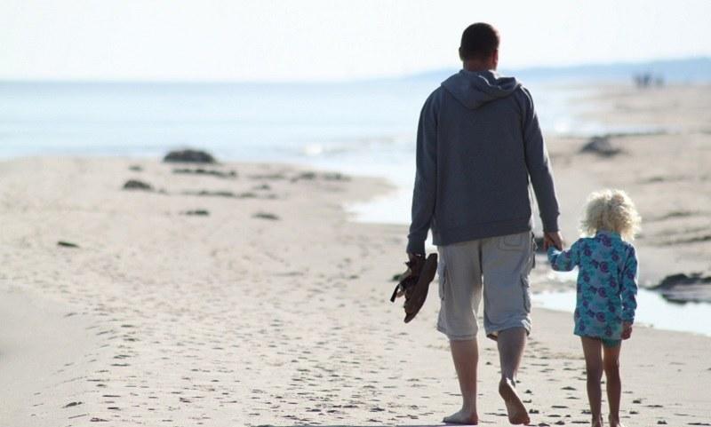 """""""Obserwacja dziecka z dystansu, np. na plaży, daje mu możliwość eksploracji przestrzeni"""" /Pixabay.com"""