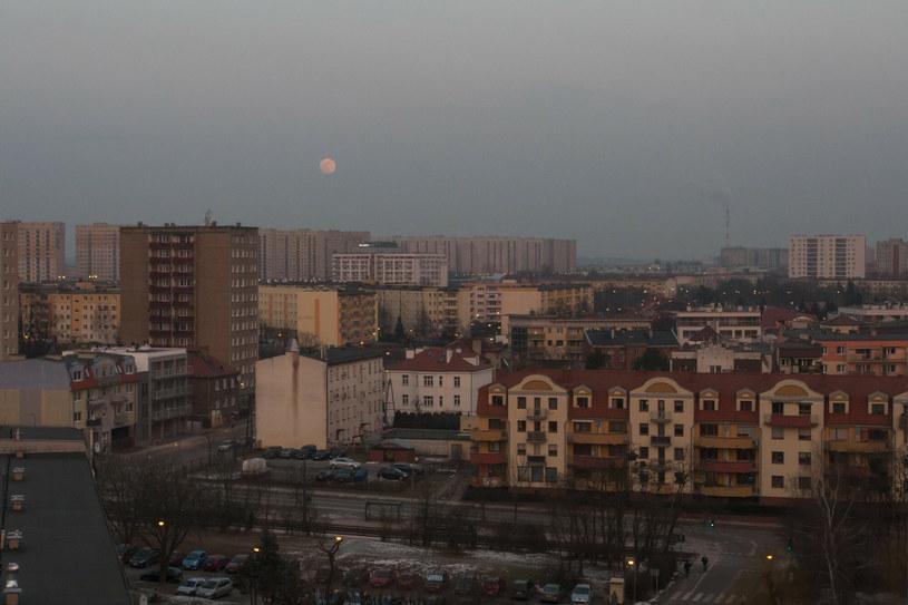 Obserwację nieba mogą utrudniać niesprzyjające warunki atmosferyczne /Dawid Tatarkiewicz /East News