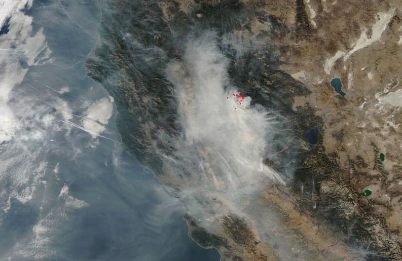 Obserwacje pożarów w Kalifornii okiem satelity Terra (zdjęcie przetworzone, ukazujące aktywne ogniska pożarów) /NASA