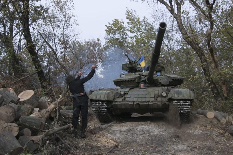 Obserwatorzy OBWE zauważyli naruszenia w procesie wycofania broni w Donbasie /PAP/EPA