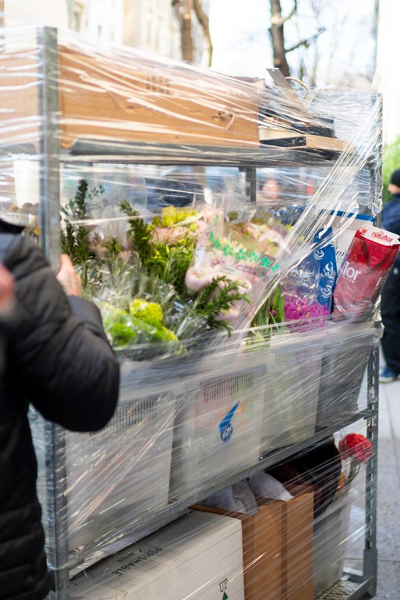 Obserwatorzy pilnie przyglądali się dostarczanym kwiatom i prezentom, starając się na podstawie kolorów, odgadnąć płeć dziecka /Getty Images