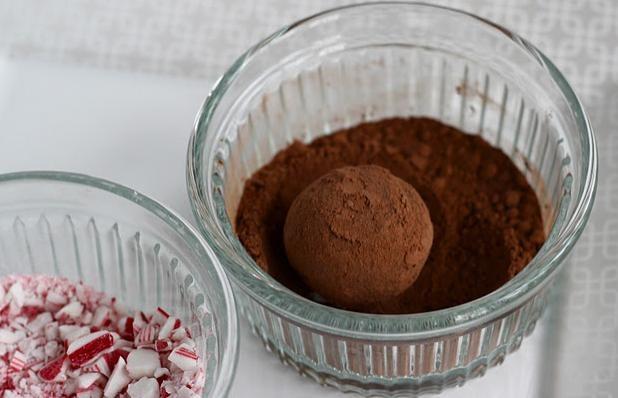 Obtocz trufle w kakao /© Photogenica