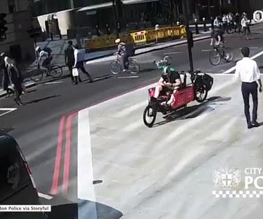 Oburzające zachowanie rowerzysty. Najpierw przejechał na czerwonym, a potem uderzył przechodnia