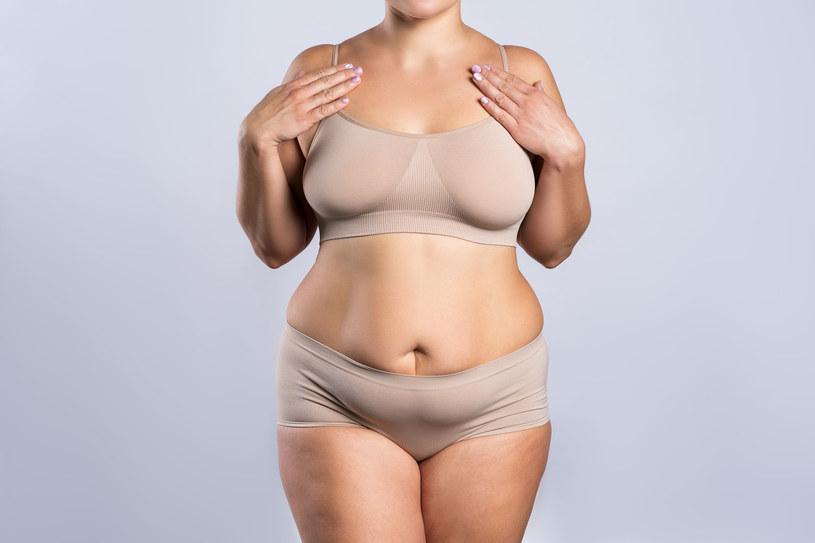Obwód talii większy niż 80 cm u kobiety oznacza już otyłość brzuszną /123RF/PICSEL