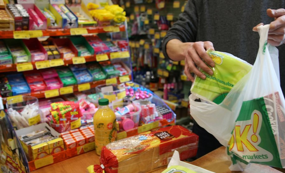 Obywatel Litwy będzie mógł kupić na poczcie - za 8 euro - bon towarowy, a następnie w wybranych sklepach zamienić go na produkty o wartości 10 euro. Zdj. ilustracyjne /Marios Lolos/Photoshot /PAP