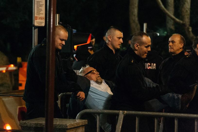 Obywatele RP usuwani przez Policję i Straż Marszałkowską, po tym jak okupowali wejście do biura przepustek Kancelarii Sejmu RP, /Adam Guz /PAP