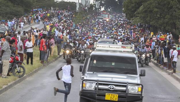 Obywatele Tanzanii podczas uroczystości pogrzebowej /ANTHONY SIAME /PAP/EPA