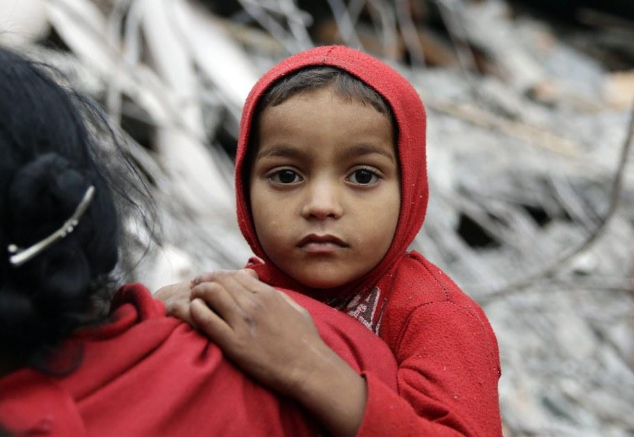 Ocaleni w trzęsieniu ziemi mieszkańcy Nepalu /Narendra Shrestha /PAP/EPA