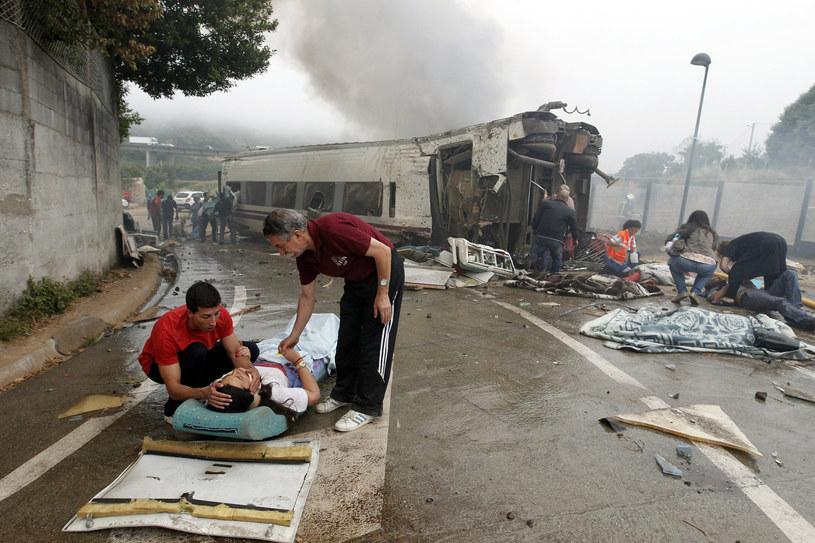 Ocaleni z katastrofy kolejowej w Hiszpanii dziękują za pomoc uczestnikom akcji ratunkowej: strażakom, lekarzom, policjantom. /AFP