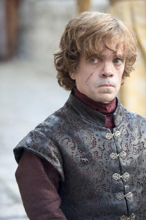 """""""Ocaliłem was. Ocaliłem to miasto. Ocaliłem wasze bezwartościowe życie. Powinienem był pozwolić Stannisowi was zabić! (...) Nie zabiłem Joffreya i bardzo tego żałuję! (...) Żałuję, że nie jestem potworem, za którego mnie macie. Żałuję, że nie mam dość trucizny, żeby wytruć całą waszą zgraję! Chętnie poświęciłbym życie, żeby patrzeć, jak ją łykacie!"""" Tyrion Lannister /HBO"""
