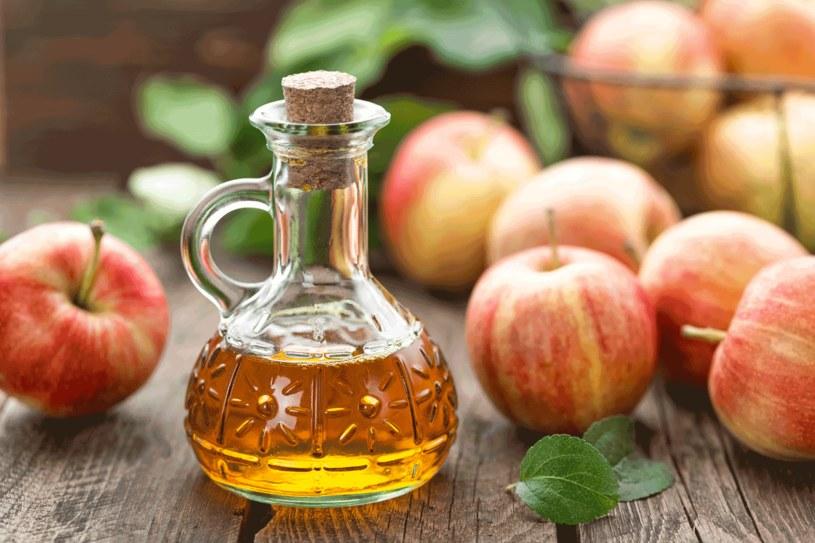 Ocet jabłkowy ma wiele zastosowań w domowej pielęgnacji /123RF/PICSEL