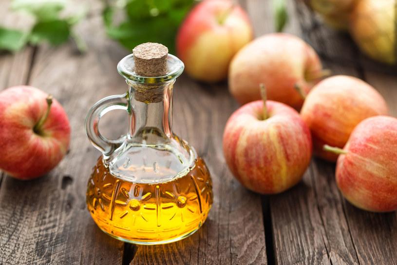 Ocet jabłkowy - oczyszcza organizm, wzmacnia odporność i walczy z alergią /123RF/PICSEL